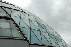 Reflexionen in einem Wolkenkratzer Lizenzfreies Stockfoto