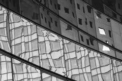 Reflexionen in einer Gebäudefassade Stockbild