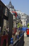 Reflexionen einer London-Straße Stockbilder