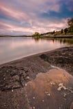 Reflexionen eines szenischen Sonnenuntergangs im Wasser von Hauser See, Montag lizenzfreie stockfotos