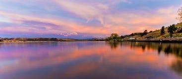 Reflexionen eines szenischen Sonnenuntergangs im Wasser von Hauser See, Montag Lizenzfreies Stockfoto