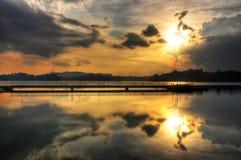 Reflexionen eines warmen orange Sonnenuntergangs Lizenzfreie Stockfotografie