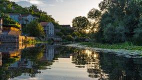 Reflexionen i floden på solnedgången Arkivfoton