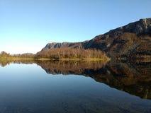 Reflexionen im Gebirgssee in Alta Norway lizenzfreie stockfotos