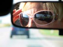 Reflexionen im hintere Ansicht-Spiegel stockfotografie