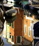 Reflexionen im Kanal in Burano Italien Stockfotos