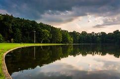 Reflexionen im Pinchot See bei Sonnenuntergang, in Gifford Pinchot State lizenzfreies stockfoto