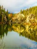 Reflexionen im See an Yellowhead-Durchlauf Stockfoto