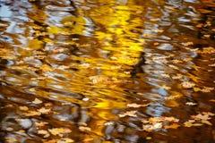 Reflexionen im Wasser, abstrakter Herbsthintergrund Lizenzfreie Stockbilder
