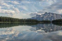 Reflexionen im Wasser von See Minnewanka Lizenzfreie Stockfotos