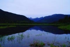 Reflexionen in Nordost-Montana lizenzfreie stockfotografie