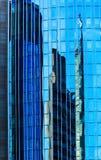 Reflexionen und Antireflexionen auf Wolkenkratzer in Hauptleitung Offenbach morgens, Deutschland lizenzfreie stockfotografie