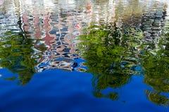 Reflexionen von Amsterdam im Kanal stockfotos
