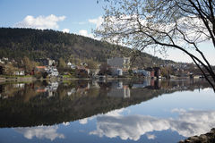 Reflexionen von Drammen lizenzfreie stockbilder