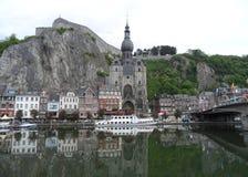 Reflexionen von herrlichen Marksteinen und Architektur von Dinant auf der Maas, Belgien stockfoto