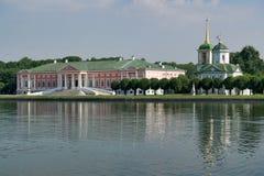 Reflexionen von Kuskovo-Palast und von Kirche unseres Retters Stockfotografie