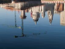 Reflexionen von Liverpools berühmten Ufergegendgebäuden stockbild
