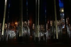 Reflexionen von widergespiegeltem Gebäude in neuem Plymouth Stockbild
