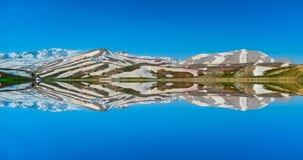 Reflexioner av berg; spektakulär geografi i morgontimmarna royaltyfria bilder