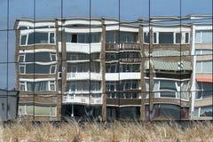 Reflexioner av byggnad i glass fönster Fotografering för Bildbyråer