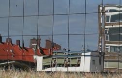 Reflexioner av byggnad i glass fönster Royaltyfria Foton