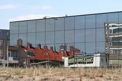 Reflexioner av byggnad i glass fönster Arkivfoton
