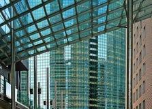 Reflexioner av byggnader (Tokyo Japan) arkivbild