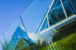 Reflexioner av den Muttart drivhuset Arkivbilder