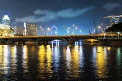Reflexioner av den Singapore floden. Arkivfoto