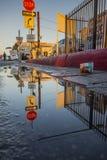 Reflexioner av ett gatahörn Arkivbilder