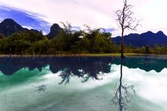 Reflexioner av Laos. Damm. Arkivbild