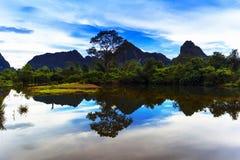 Reflexioner av Laos. Flodlandskap. Fotografering för Bildbyråer