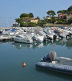 Reflexioner av locket Antibes och fartygmarina, Provence Frankrike Fotografering för Bildbyråer