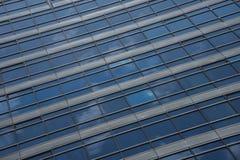 Reflexioner av moln i blå glass skyskrapa Royaltyfri Fotografi