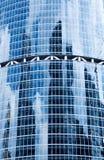 Reflexioner av moln i fönster av en skyskrapa Arkivbilder