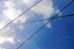 Reflexioner av moln i modern glass byggnad Fotografering för Bildbyråer