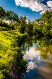 Reflexioner av moln och träd i Antietam Creek, på den Antietam medborgareslagfältet Royaltyfri Foto