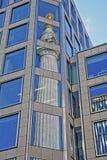 Reflexioner av monumentet till den stora branden i London i det finansiella området av staden av London arkivfoton