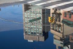 Reflexioner av New York City i en pöl av vatten Royaltyfria Foton