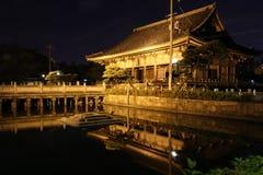 Reflexioner av Rokujidou Hall i den Shitennoji templet i Osaka, Jap Arkivfoto