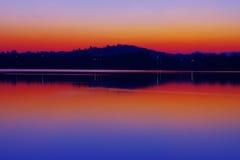Reflexioner av sjön på solnedgången royaltyfria foton