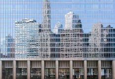 Reflexioner av skyskrapor Arkivfoto