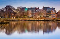 Reflexioner av strandbyggnader längs Potomacet River i A Royaltyfri Foto
