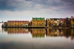 Reflexioner av strandbyggnader längs Potomacet River i A Arkivfoto