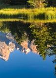 Reflexioner av Tetonsen på Snaket River på Schwabacher land Fotografering för Bildbyråer