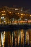 Reflexioner av träd och offentliga lampor över den Dambovita floden Vert Royaltyfria Bilder
