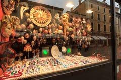 Reflexioner av turisterna på fönstren av den Venetian carnien Royaltyfria Bilder