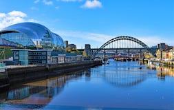 Reflexioner av visa mannen, i flodbrygden, Gateshead, på en härlig höstmorgon royaltyfri fotografi