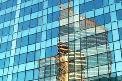 Reflexioner för abstrakt begrepp för byggnad för kontor för Paris Laförsvar i glass fasader Arkivbild