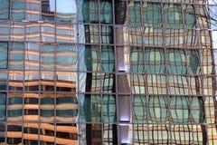 Reflexioner för abstrakt begrepp för byggnad för Laförsvarkontor i den glass fasaden i Paris affärsområde arkivfoton